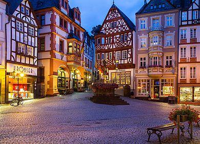 Kurzreise an die Mosel und Bernkastel-Kues kennenlernen. Besonders sehenswert sind der historische Marktplatz mit Fachwerkhäusern.
